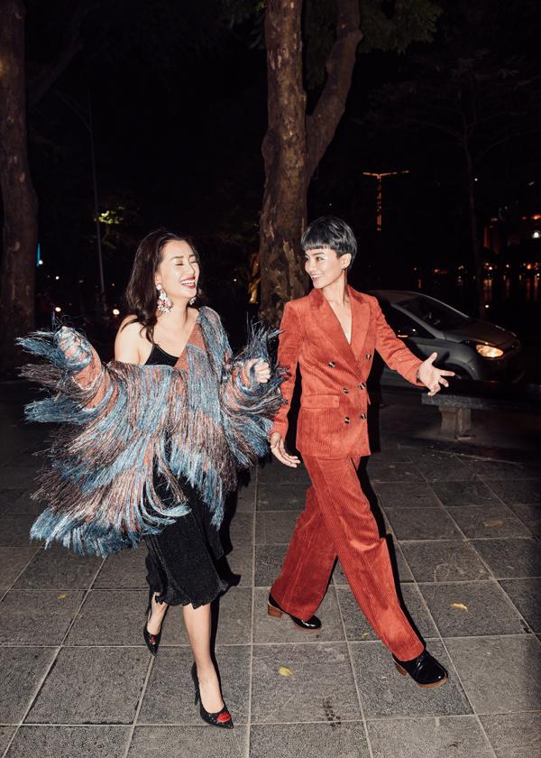 Khi Quỳnh Chidiện váy hai dây cùng áo khoác kéo trễ lệch vai theo kiểu Rihanna - xu hướng đang được yêu thích thời gian gần đây, Thuỳ Dung lại khoác bộ suits dáng rộng nam tính.