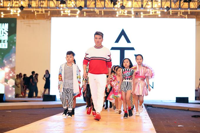 Phương Khánh, Đàm Vĩnh Hưng nhiệt tình tập catwalk cùng mẫu nhí - 1