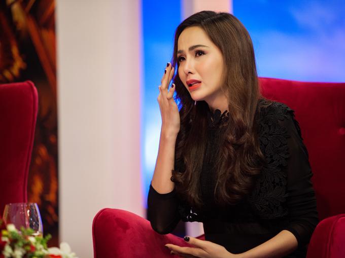 Diễm Hương rơi nước mắt khi kể chuyện bị mẹ ruột từ mặt.