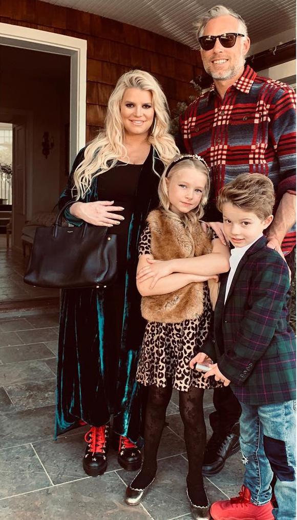 Jessica chia sẻ ảnh gia đình háo hức đi lễ nhà thờ.