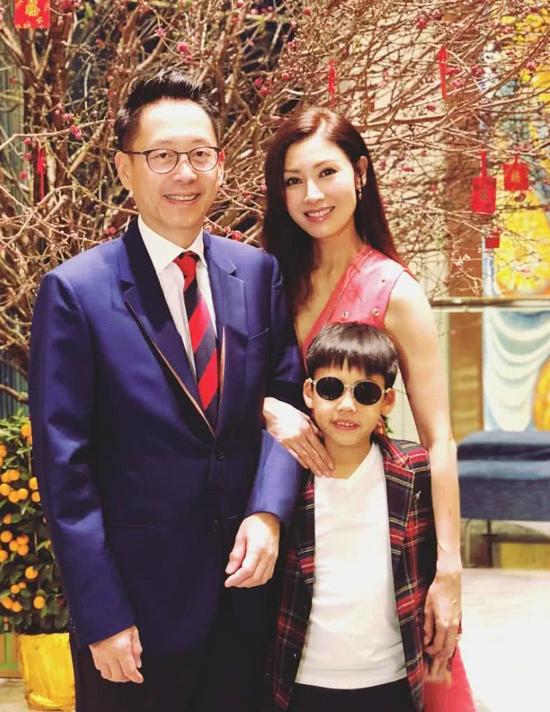 Vợ chồng Lý Gia Hân và con trai.