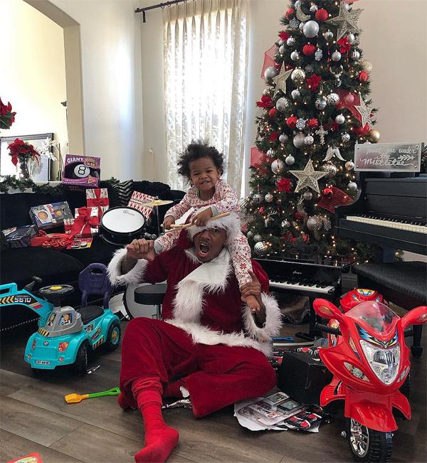 Nick hóa trang thành ông già Noel đến tặng quà cho các con. Tuy đã ly hôn Mariah Carey bốn năm nay nhưng kỳ nghỉ lễ nào anh cũng đoàn tụ với nữ ca sĩ để đưa hai nhóc tỳ đi chơi.