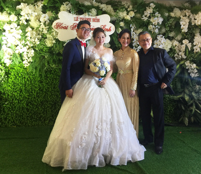 Cô dâu Thùy Linh diện váy cưới mang dáng xòe phồng và được đính sequinn lấp lánh.