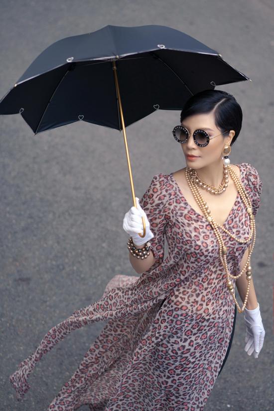 Các thiết kế mới nhất dành cho mùa xuân 2019 được nhà mốt Việt lồng ghép vẻ đẹp truyền thống và hơi thở đương đại. Các mẫu áo dài trở nên mới mẻ hơn bởi biến tấu cổ áo, vai áo và đặc biệt là cách sử dụng chất liệu vải in họa tiết thịnh hành.