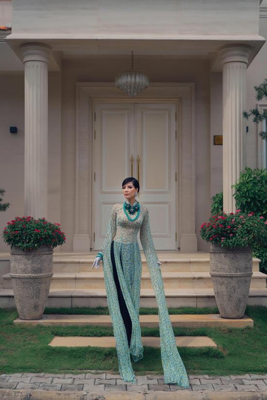Bên cạnh nét phá cách ở các mẫu áo dài xẻ 4 tà, Võ Việt Chung còn thể hiện sự sáng tạo của mình trong việc mang tới các mẫu áo tay dài, tay áo xẻ tà.