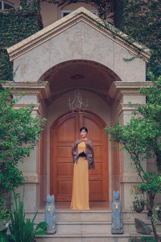 Các mẫu áo dài được chăm chút về phom dáng, áo choàng, tay xẻ tà để mang tới nét ấn tượng cho phái đẹp khi tham gia tiệc tùng.