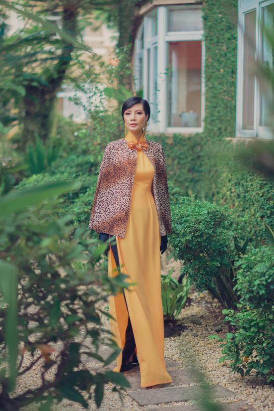 Họa tiết da beo được nhà mốt Việt sử dụng với nhiều công năng khác nhau. Ngoài việc tạo nên nét cá tính cho các mẫu áo dài cách tân, anh còn đêm vải in da thú vào các mẫu áo cape, áo choàng dáng lửng.