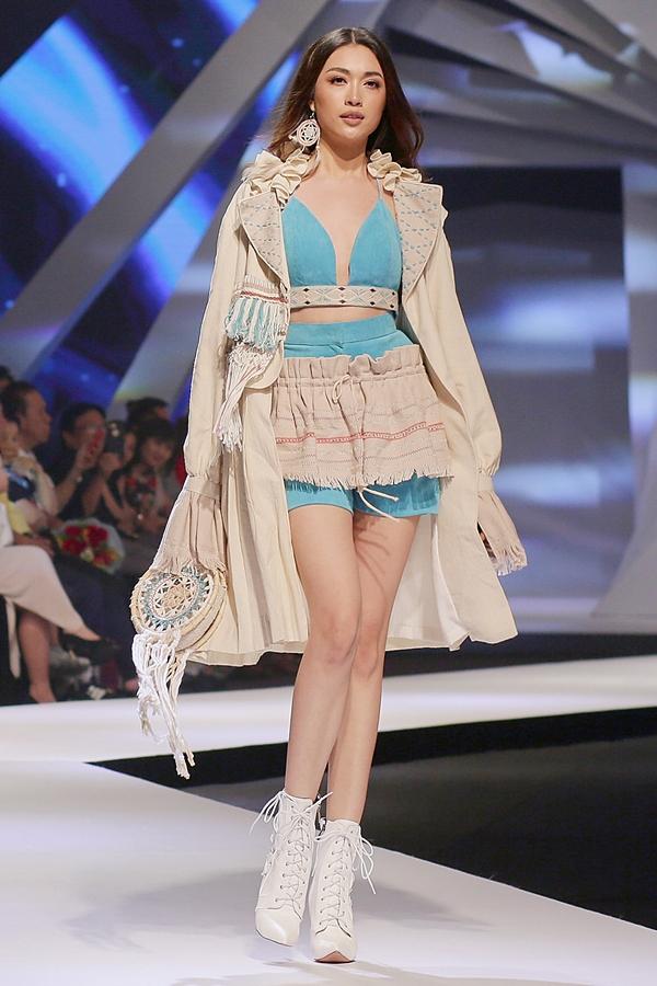 Á hậu Hoàn vũ Lệ Hằng đảm nhận vai trò vedette tại sự kiện Asian Kids Fashion Show 2019 vào tối 26/12. Người đẹp hóa thân thành cô gái bohemian qua trang phục áo drop-top, quần shorts của nhà thiết kế Lavender Lim (Maylaysia)