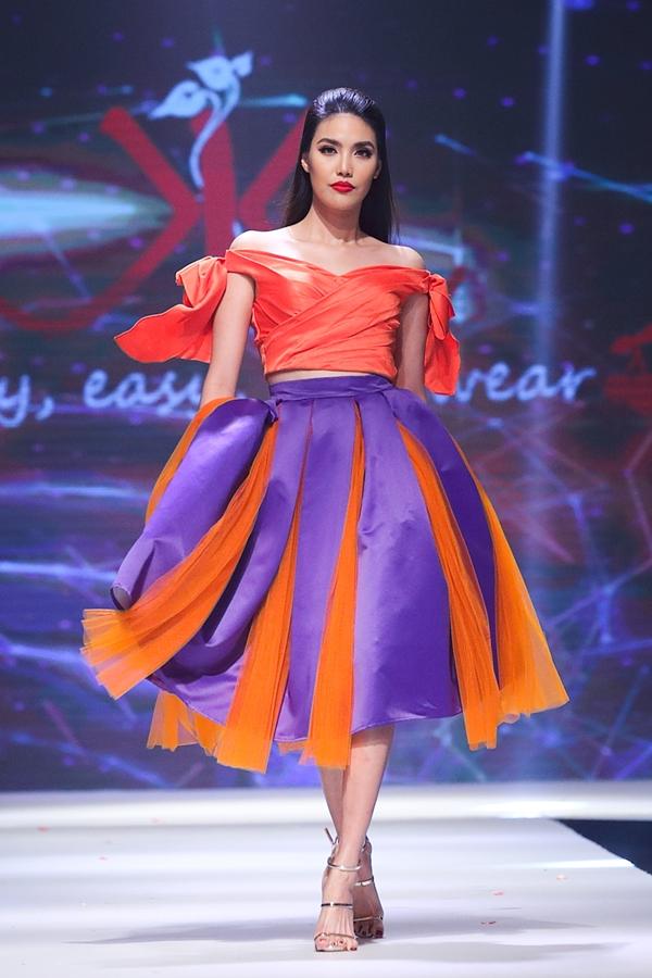 Siêu mẫu Lan Khuê trở lại sàn diễn khi catwalk trong bộ sưu tập Color block của nhà thiết kếThanh Huỳnh.