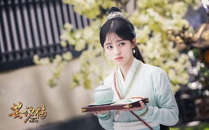 Có lợi thế nhan sắc nổi trội, song Cúc Tịnh Y vẫn khó lòng làm nên tên tuổi trên màn ảnh nhỏ. Cô ca sĩ 24 tuổi thường gây khó chịu với những màn chu môi cường điệu trong phim Vân Tịch truyện.