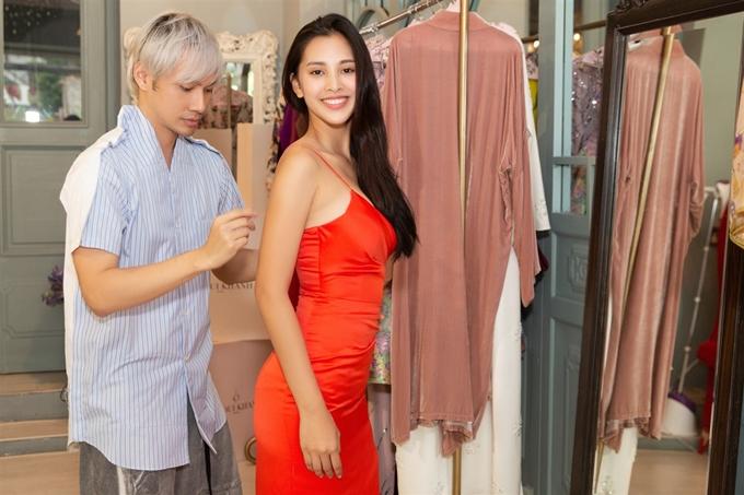Lý Quí Khánh chăm chút chỉnh sửa trang phục cho Tiểu Vy. Lần đầu làm việc cùng nhau, nhà thiết kế đánh giá cao vẻ đẹp gợi cảm, trẻ trung cùng phong thái chuyên nghiệp của Hoa hậu Việt Nam.