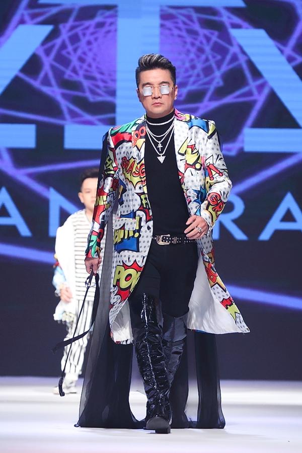 Đàm Vĩnh Hưng cũng thử sức trình diễn thời trang trong bộ sưu tập của nhà thiết kế Ivian Trần.