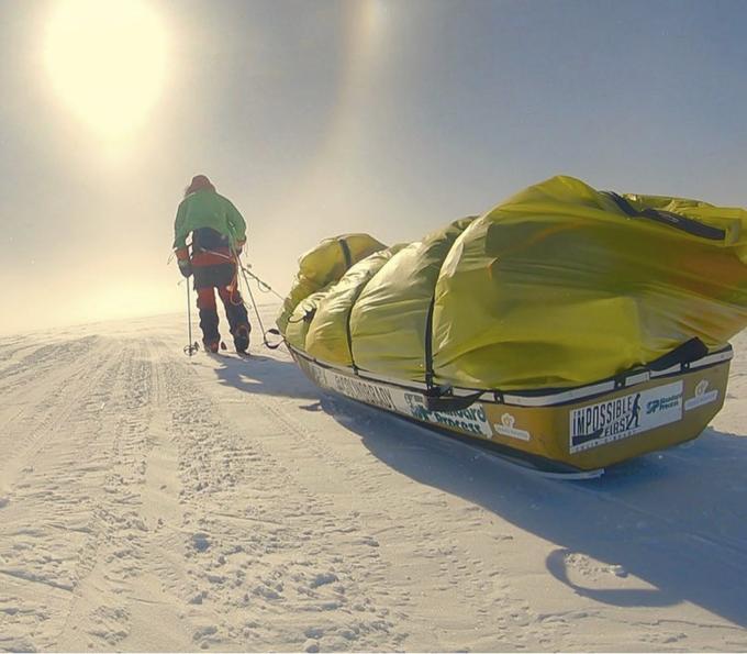 Nhà thám hiểm 33 tuổi kéo 170 kg lê những bước cuối cùng. Ảnh:AP.