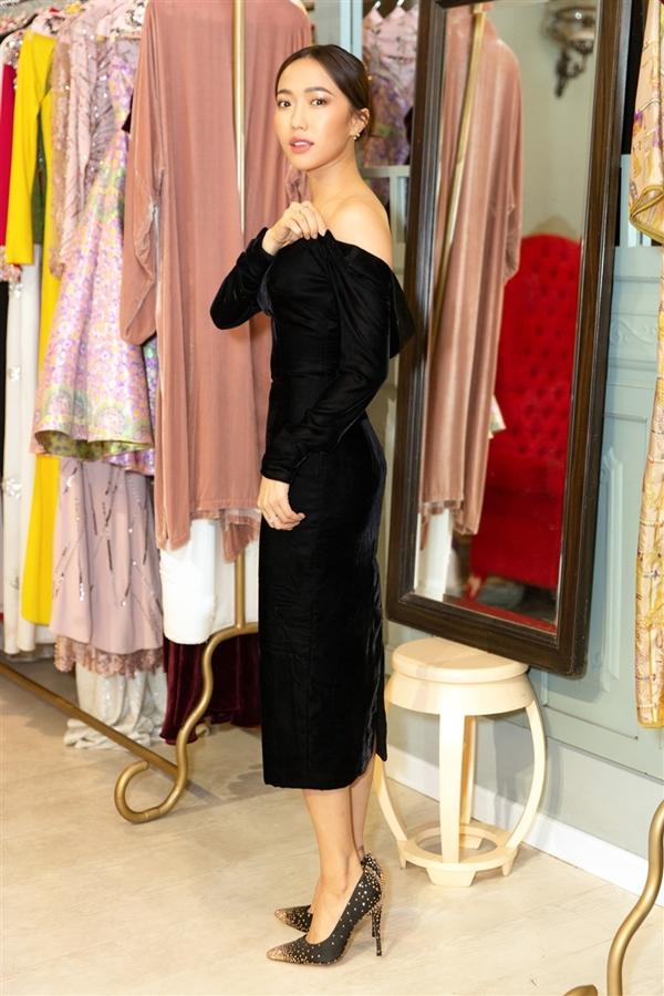 Nữ diễn viên tạo dáng với kiểu váy quây khoe vai trần gợi cảm.