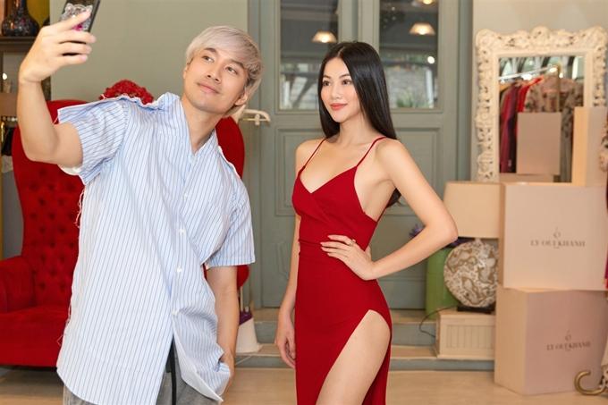 Lý Quí Khánh chụp ảnh kỷ niệm cùng Miss Earth 2018 - Phương Khánh.