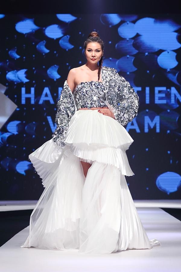 Siêu mẫu Thanh Hằng đảm nhận vai trò vedette bộ sưu tập.Trên sân khấu, huấn luyện viên The Face 2018 thể hiệnthần thái lạnh lùngcùng những cú xoay váy chuyên nghiệp.