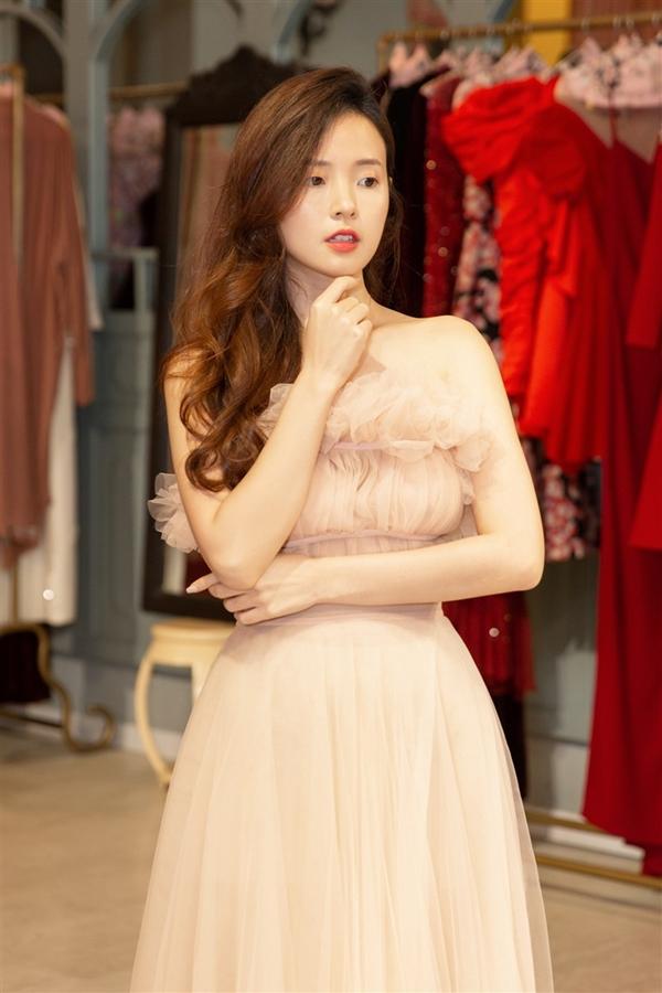 Midu yêu thích những bộ váy bay bổng, lãng mạn của Lý Quí Khánh.
