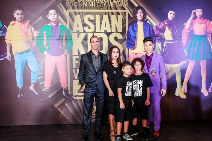 Gia đình cựu danh thủ Huỳnh Kesley cùng vợ - NTK Thanh Huỳnh và đạo diễn Nguyễn Hưng Phúc.