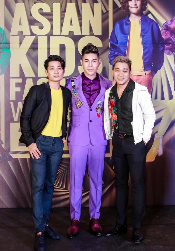 Đạo diễn Nguyễn Hưng Phúc (suit tím), nhà thiết kế Thuận Việt (bìa trái) và đạo diễn Nguyễn Ngọc Thụy (bìa phải).