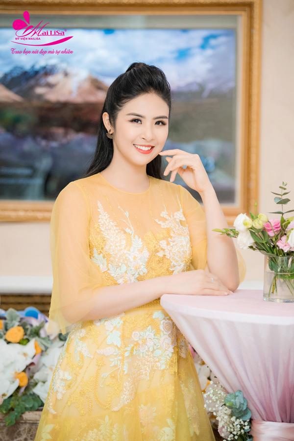 Chiếc đầmđược thiết kế từ chất liệu ren bay bổng kết hợp họa tiết hoa thêu màu trắng, vàng tinh tế. Gam màu vàng vốn kén người mặc nhưng với làn da trắng mịn, Ngọc Hân vẫn tự tin chinh phục được sắc màu này.