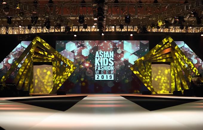 3. Chương trình đầu tư chuyên nghiệp: Với tính chất quốc tế, Asian Kids Fashion Show được tổ chức bài bản, đầu tư kỹ lưỡng. Sân khấu năm nay được dàn dựngđộc đáo, cách điệu từ chữ A trong Asian. Ba đường băng catwalk với độ dài tổng cộng cũng là một thử thách đối với các em nhỏ trình diễn trong chương trình.