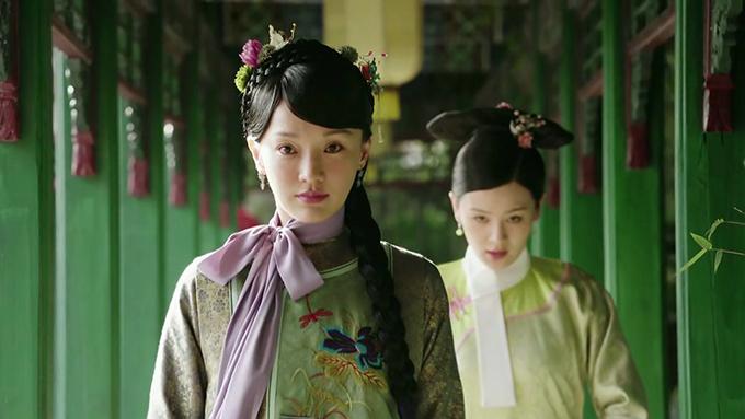 Vào vai Kế hoàng hậu Như Ý trong Như Ý truyện, biểu hiện của Châu Tấn gây nhiều tranh cãi. Nhiều người bị diễn xuất bằng ánh mắt xuất thần của cô chinh phục, song cũng không ít người nhận xét lối diễn này khá nhạt nhẽo. Riêng hai tập đầu tiên, hoa đán xứ Trung bị chê nhiều vì để lộ làn da tuổi ngoài 40, bọng mắt lớn, giọng nói khàn và ồm, không phù hợp nhân vật 15-16 tuổi.