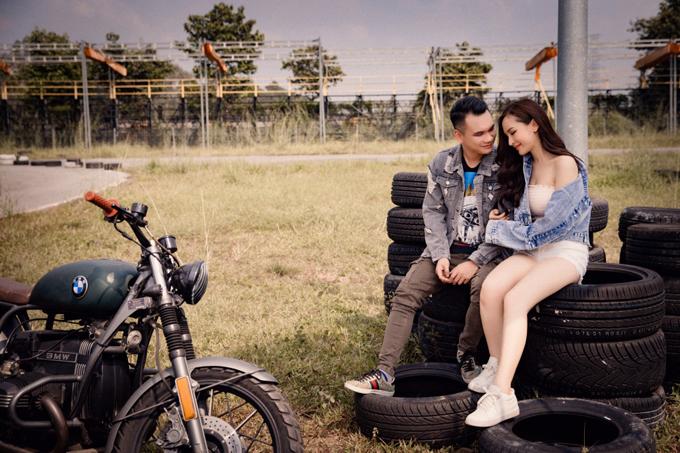 Trong MV Nụ cười mặn mới phát hành, Khắc Việt mời hot girl Kelly đóng vai người tình. Ca khúc do nam ca sĩ sáng tác từ nhiều năm trước, nói về câu chuyện tình của chính anh lúc bấy giờ.