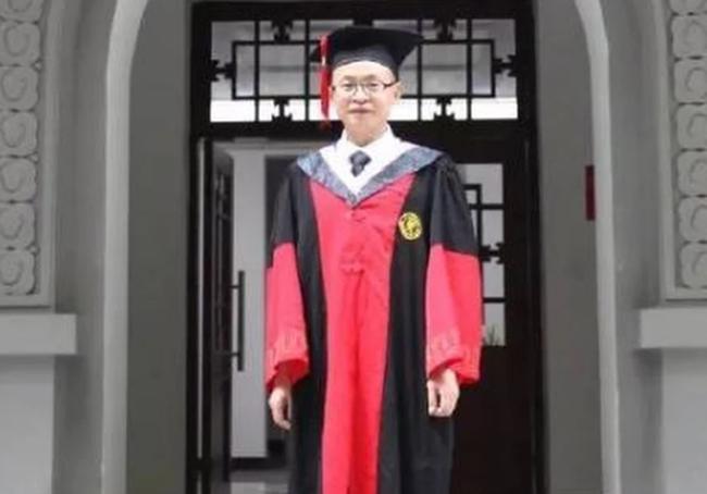 Ông Li Mingyong nhận bằng tiến sĩ vào mùa hè năm nay. Ảnh: SCMP.