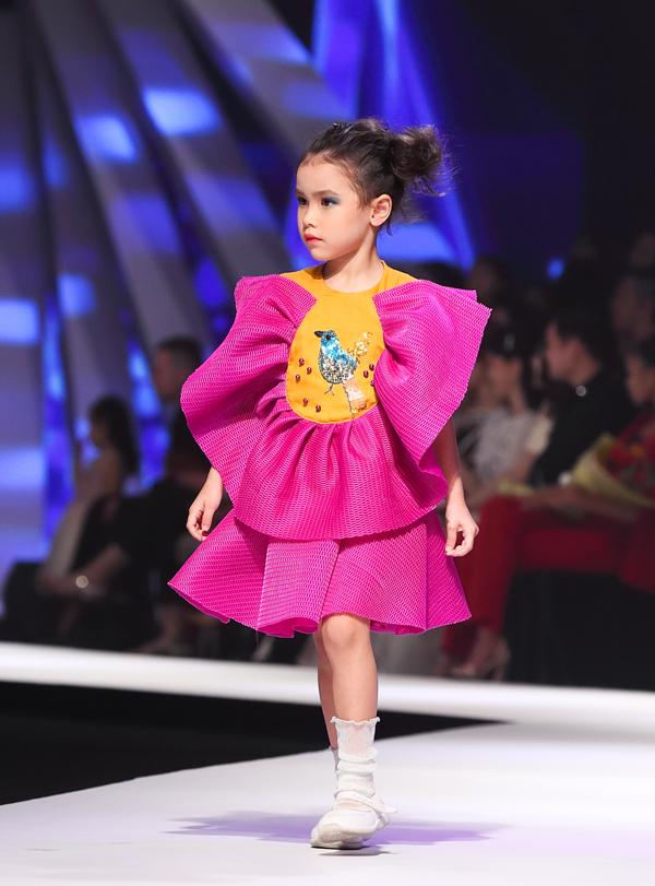 Bộ sưu tậpAnanta do nhà thiếtAgied Derta Gafar sáng tạo lấy cảm hứng từ lễ hội hoa quốc tế ở tỉnh Tomohon phía Bắc Sulawesi, Indonesia.
