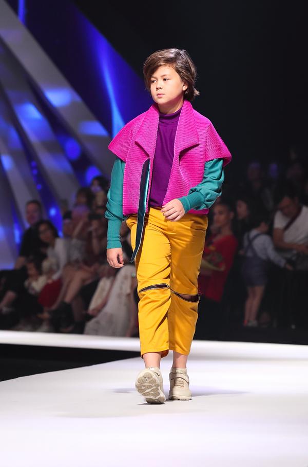 Nơ, bèo nhún được sử dụng để tô điểm trang phục cho bé gái. Trong khi đó quần áo cho các chàng trai lại được tạo điểm nhấn bằng cách phối layer nhiều màu.