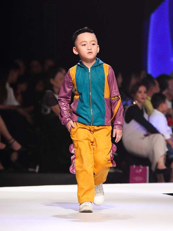 Chất liệu metalic, vải nhung, vải bóng đúng xu hướng thịnh hành cũng được đưa vào dòng thời trang thiếu nhi.