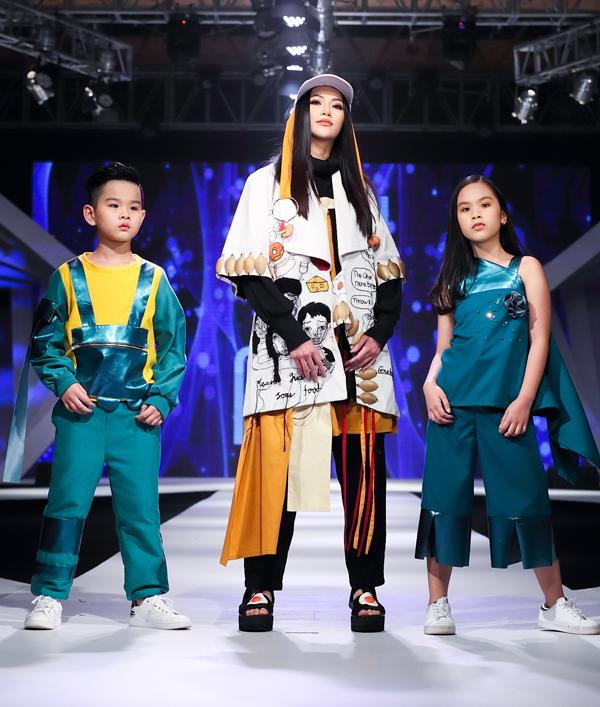 Hoa hậu Phương Khánh xuất hiện trong vai trò vedette cho màn trình diễn.