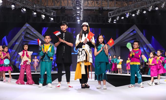 Nhà thiết kế Agied Derta Gafar (áo đen), hoa hậu Phương Khánh (giữa) và dàn mẫu nhí trong phần chào kết.