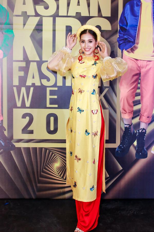 Tối 26/12, Asian Kids Fashion Show diễn ra tại TP HCM, quy tụ hàng trăm mẫu nhí cùng nhiều nhà thiết kế nổi tiếng đến từ Việt Nam, Indonesia, Malaysia, Ấn Độ, Thái Lan và Hong Kong. Hoa hậu Tiểu Vy nền nã với áo dài truyền thống của nhà thiết kế Lương Lê.