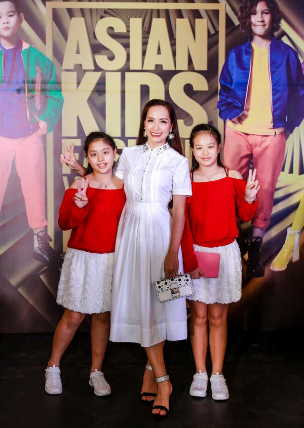 Cựu người mẫu Thúy Hạnh rạng rỡ xuất hiện trên thảm đỏ cùng hai con gái. Người đẹp nhận xét chương trình năm nay được đầu tư, chuẩn bị hoành tráng và chỉn chu.