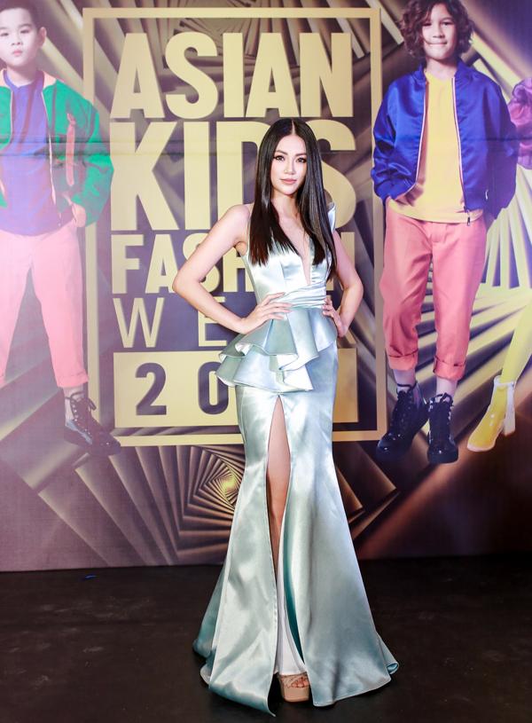 Hoa hậu Trái Đất Nguyễn Phương Khánh khoe đường cong gợi cảm trong thiết kế xẻ tà màu xanh bạc hà.