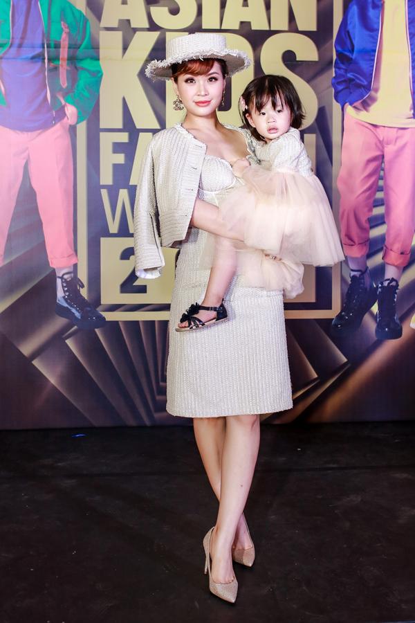Á hậu Diễm Trang và con gái Julia diện đồ ton-sur-ton khi đến cổ vũ các mẫu nhí trình diễn thời trang.