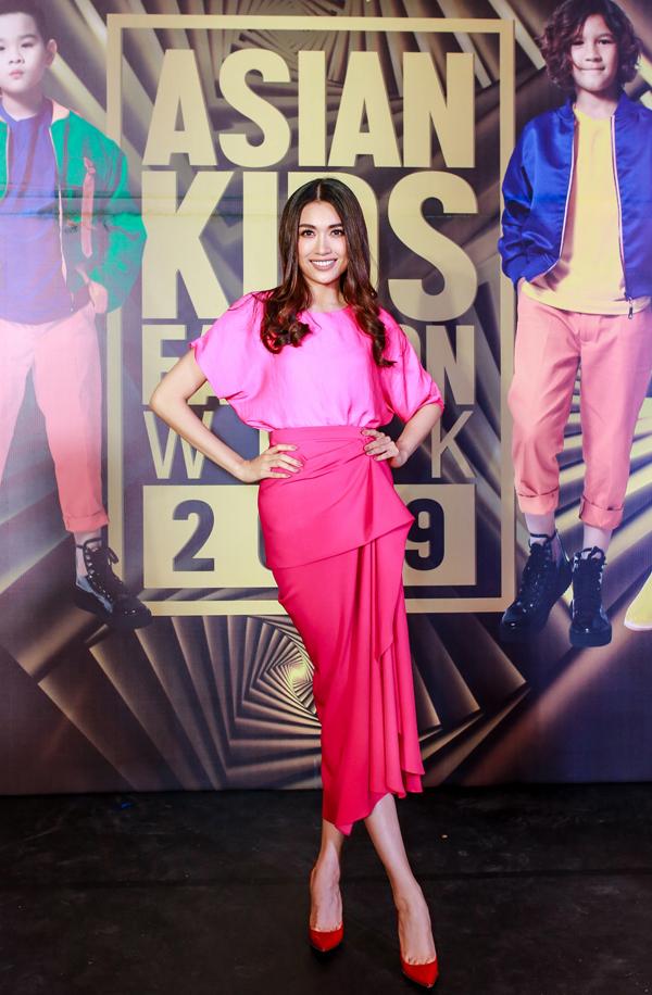 Á hậu Lệ Hằng chọn bộ cánh hồng rực rỡ như một cách cổ vũ cho chương trình với chủ đề Bom Bom Color - Bùng nổ sắc màu.