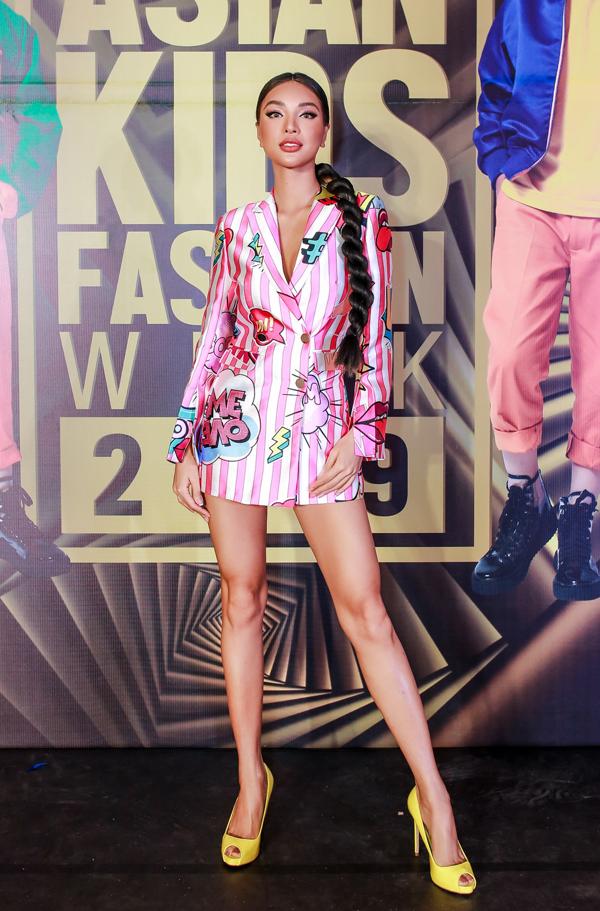 Siêu mẫu Khả Trang khoe chân dài cùng kiểu blazer dress in họa tiết hoạt hình sống động.