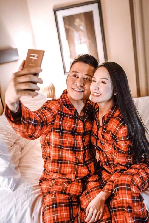 Hai vợ chồng Tuấn Hưng chụp ảnh tự sướng khi mặc áo đôi.