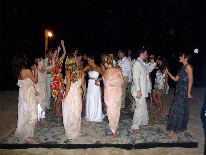 Khách dự đám cưới Meghan nhảy múa vui vẻ bên bãi biển ở Jamaica. Ảnh: Mega.