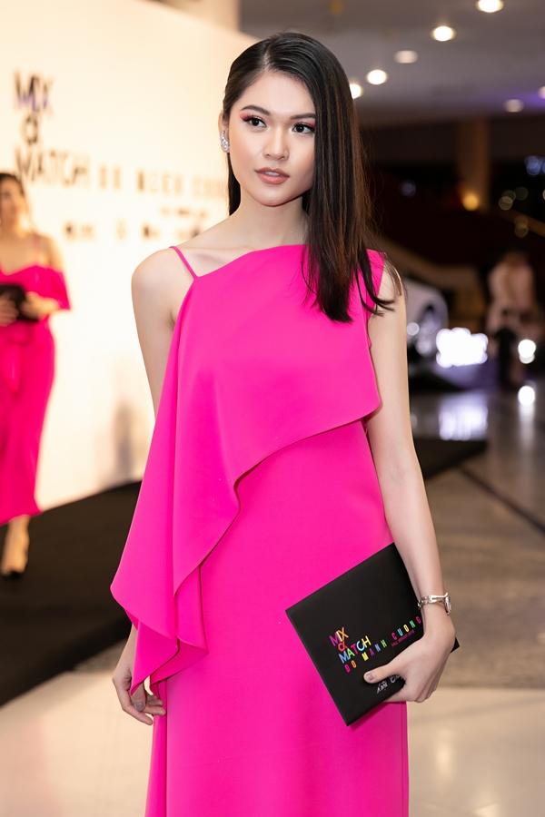 Á hậu Thùy Dung được chăm chút kỹ về lối trang điểm để mang đến tổng thể hài hòa với dress code rực hồng của chương trình.