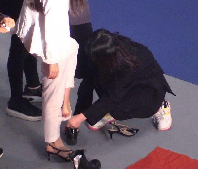 Trợ lý nhẫn nại giúp Baby bỏ tất, bỏ giày để đi sandal.