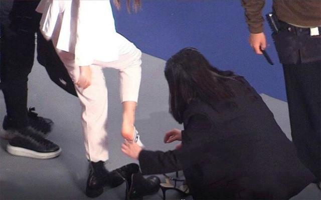 Angelababy bị chỉ trích vì để trợ lý giúp cởi tất, tháo giày - 1