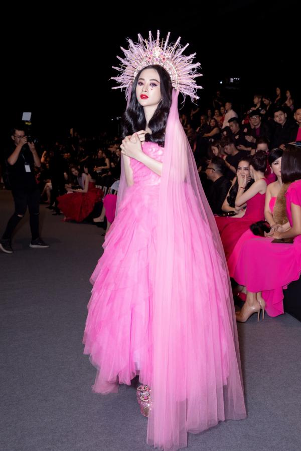 Angela Phương Trinh mượn cảm hứng trang điểm từ Lily Collins - 2
