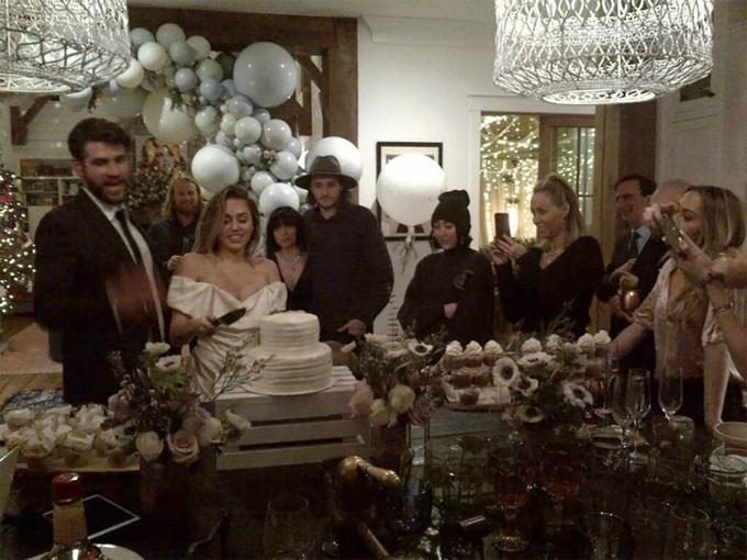 Ngày 23/12, sau 10 năm gắn bó với bao thăng trầm, Miley và Liam đã tổ chức lễ cưới giản dị mà ấm áp bên người thân tại biệt thự của cặp đôi ở Tennessee. Liam gọi Miley là tình yêu của đời anh và thổ lộ rằng em là điều quý giá hơn tất thảy mọi thứ.