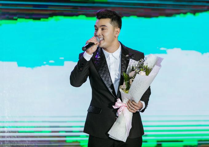 Anh được khán giả cổ vũ nồng nhiệt khi biểu diễn đầy cảm xúc trên sân khấu.