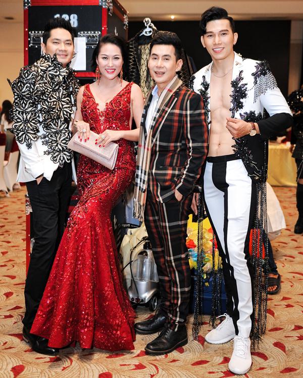 Ngọc Tình phanh áo, khoe cơ bụng sáu múi khi chụp ảnh cùng diễn viên Minh Luân, Phi Thanh Vân và Đoan Trường trong hậu trường.