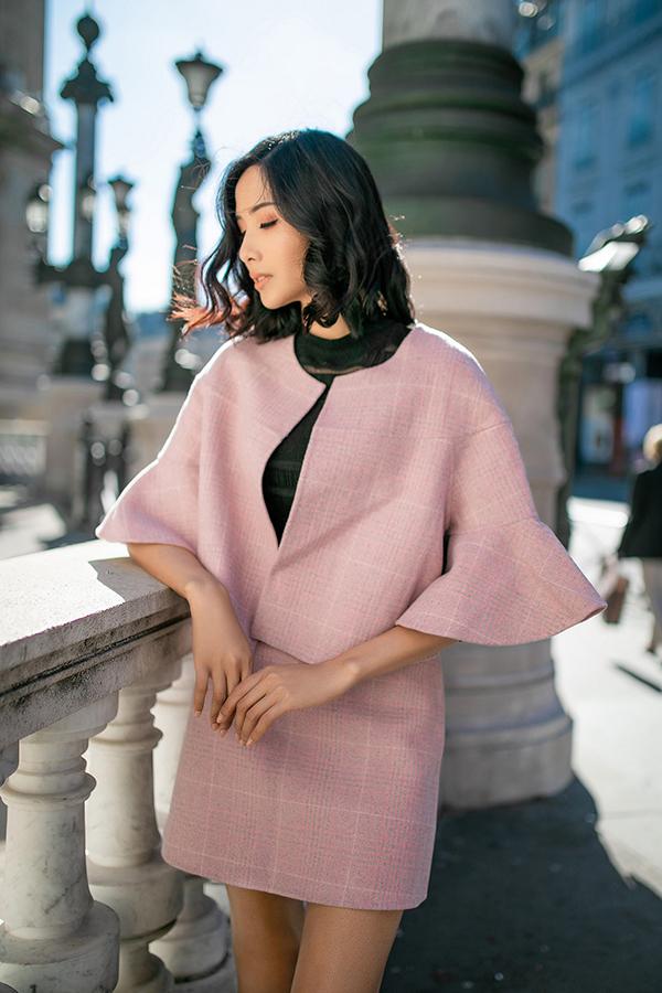 Ngoài trench coat, các kiểu áo khoác dáng lửng, áo tay loe cũng được á hậu chọn lựa để phối đồ dạo phố mùa đông.