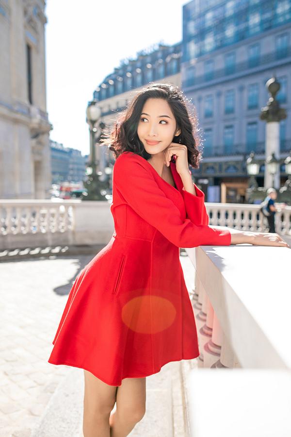 Không chỉ chú trọng vào chất liêu và kiểu dáng, sắc màu trang phục cũng được chăm chút để hình ảnh phái đẹp thêm cuốn hút khi xuống phố.
